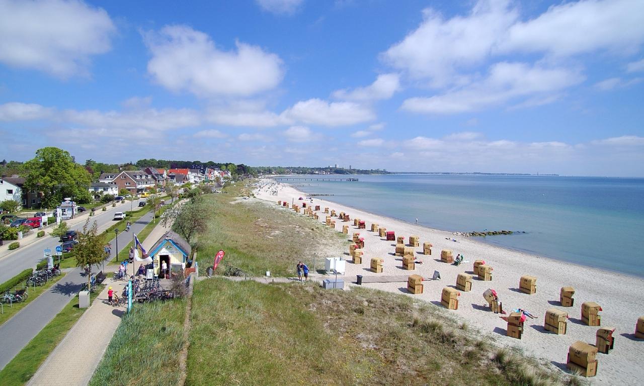 Henner-Hinz-Fahrradverleih-Strandkoerbe-Hafkrug-Ostsee-Luftbild