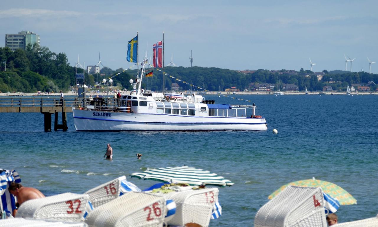 Haffkrug Seebrücke Ostsee Ausflugsboot Stranskörbe